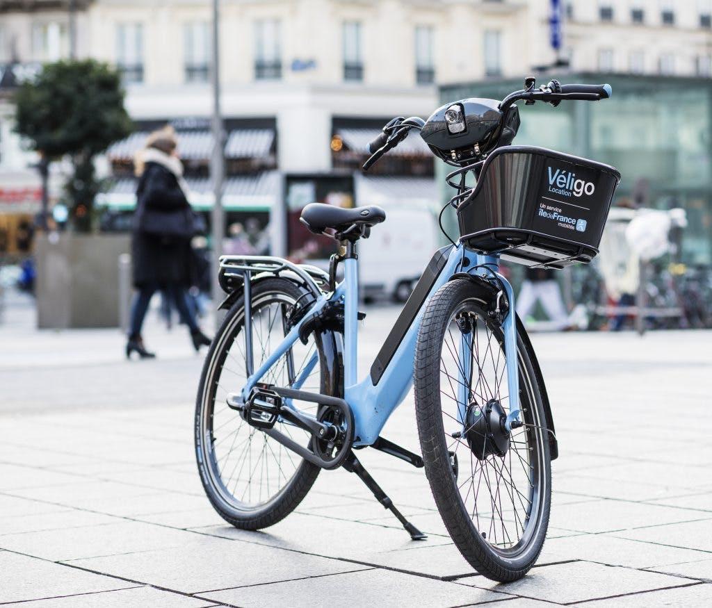 Vélo à assistance électrique à l'arrêt