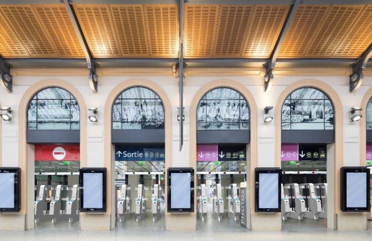 Portiques de sécurité à l'entrée de la gare Saint-Lazare