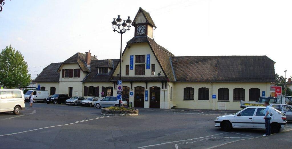 Espace d'accessibilité devant la gare de Saint-Leu-la-Forêt