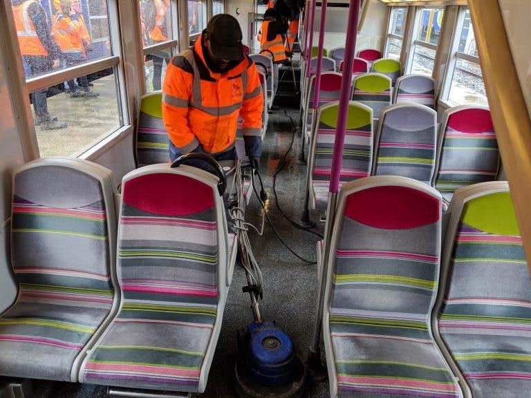 Personnes qui nettoient l'intérieur d'un bus