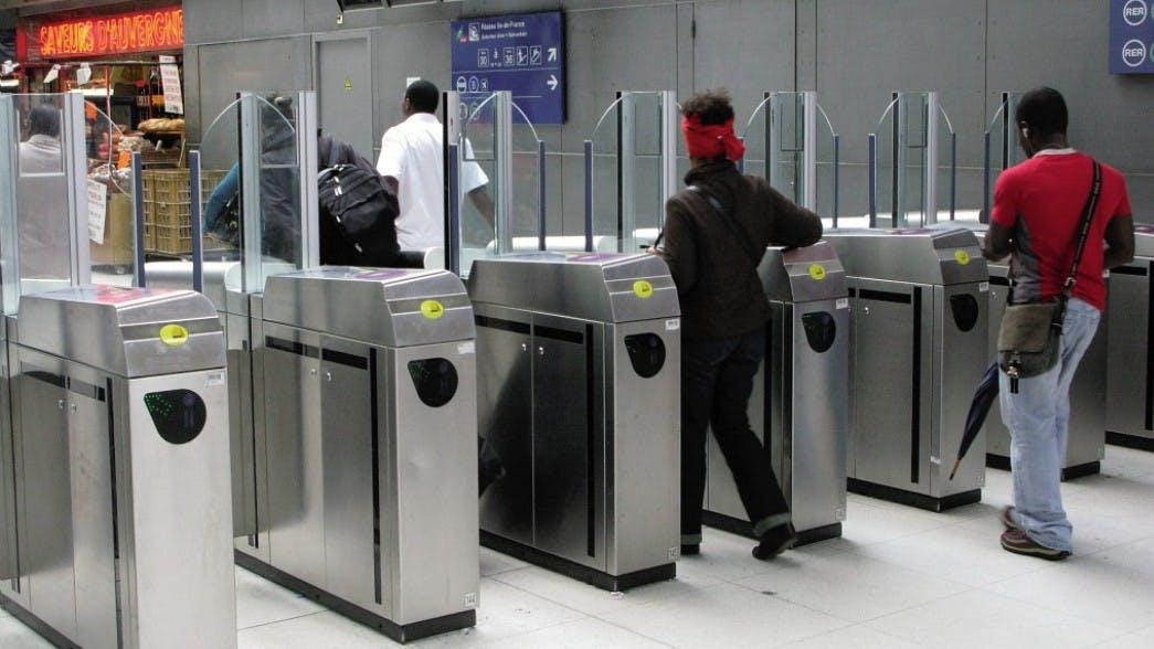 Voyageurs qui valident leurs titres de Transports avec d'accéder au transport en commun