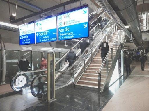 Signalétique indiquant les correspondances à Gare de Lyon