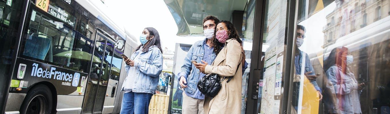 Voyageurs en attente d'un bus devant la gare Saint Lazare